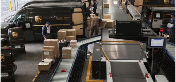 据美国媒体近日报道,UPS的飞机维修工人以压倒性优势投票通过了罢工决定,这一决定可能将造成UPS全球货物运输的瘫痪。 据悉,负责为UPS飞机队服务的工人中约有80%参加了投票,其中98%投票赞成罢工。 该决定是工人在工资和健康福利等方面与UPS进行了三年的谈判之后做出的。如果工人们进行罢工,这可能会导致UPS的全球运输业务停滞。 但是此次罢工不太可能会在今年的节假日购物季里发生,今年购物季预计UPS将处理至少7亿个包裹。UPS的发言人Mike Mangeot表示:我们的顾客在整个节假日里都能与UPS保持